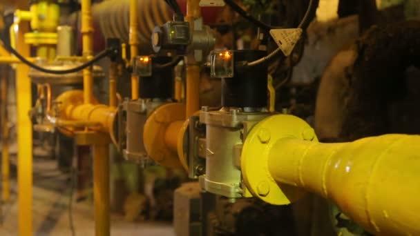 žlutý plynové potrubí v kotelně