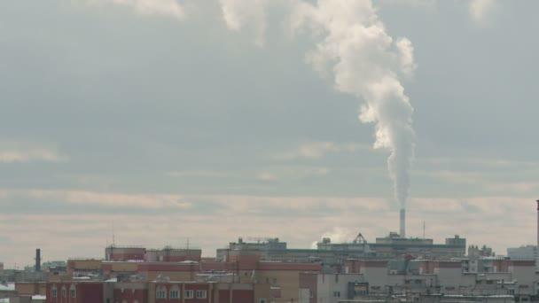 industrielle und städtische Winterlandschaft der Fernwärmeleitung