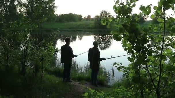 nyári horgászat a tavon este sziluettek a halászok