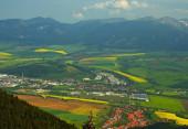 Obec Zavazná Poruba a část města Liptovský Mikuláš shlíží z vrcholu Poludnického vrchu.