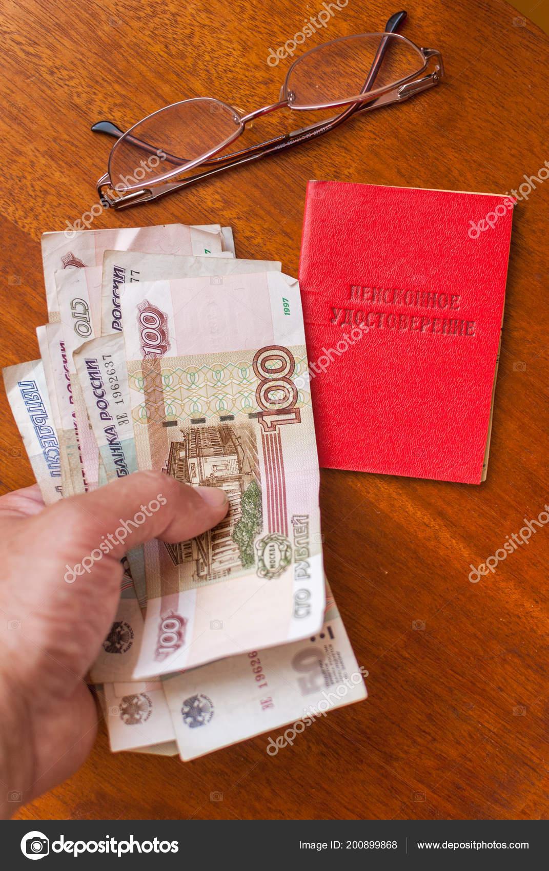 Mannes Hand Mit Geld Gläser Und Vorsorgeausweis Auf Eine Hölzerne