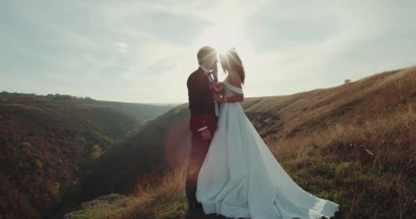 Krásný ženich a nevěsta semkl v vrchol hory.