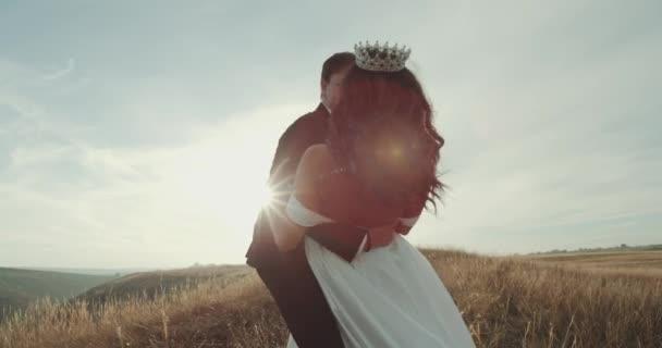 Úžasný výhled a západ slunce uprostřed krajiny nevěsta a ženich hrát s sebou