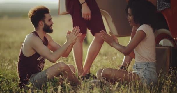 Видео как парень сидит верхом на парне