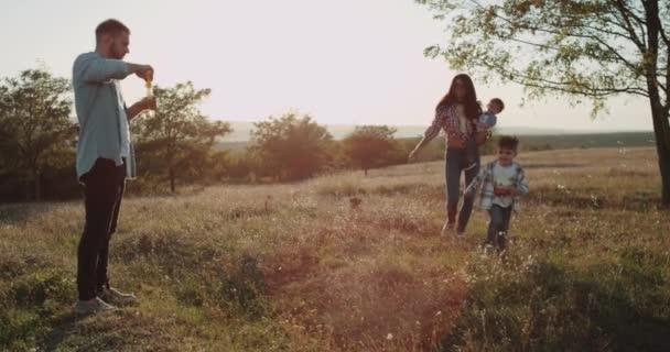 Úžasné, utrácet čas společně rodiny členů, dva malé chlapce a rodiče na krásné přírody Prohlédni