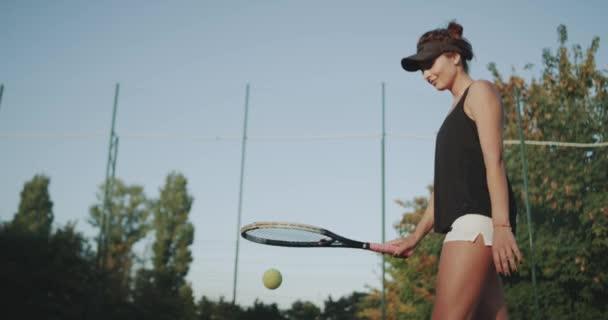 Closeup bití tenisový míček s hráčem profesionální žena raketa na tenisový kurt.