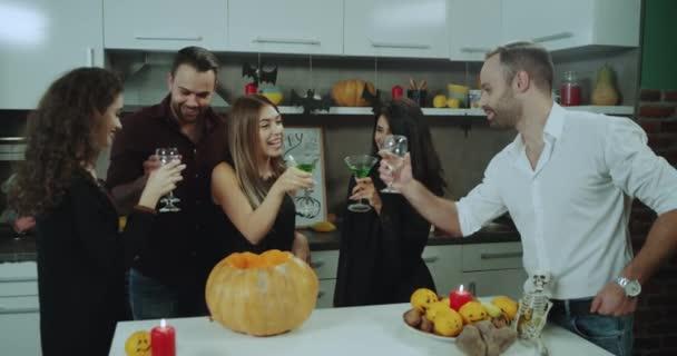 Skupina mladých hostů na Halloween party, strávit dobrý čas spolu, pití vína a koktejly