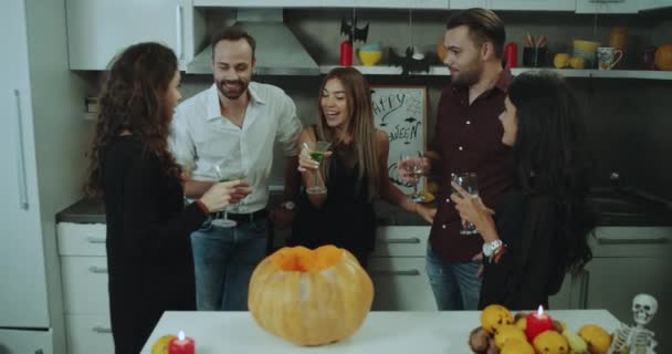 Skvělá atmosféra na Halloween party skupina mladých kluků, pití vína a koktejly a mají pěkný rozhovor.
