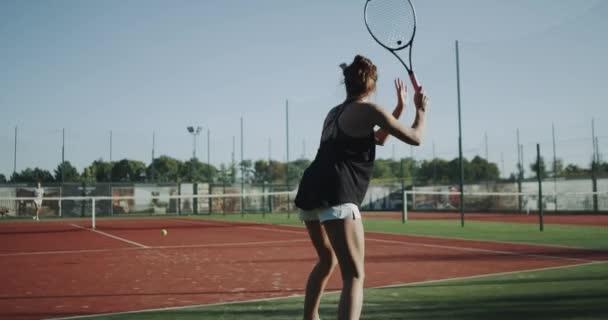Plné soud Tenisová hra venku, dva profesionální hráči samice v pomalém pohybu. Střílel na red epic. 4k