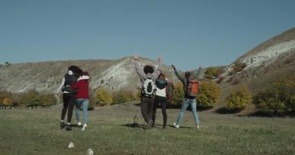 Bir grup arkadaş, doğanın ortasında inanılmaz yolculuk için gidiyorsun dağ bir çanta ile yürürken onlar mutlu mood.4k var