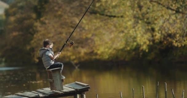 Malý léčbě let chlapce jeho učení pro rybolov na malé jezero