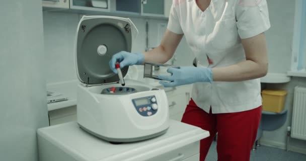 Laboratorní test krve, pomoc odběr krve vana z počítače