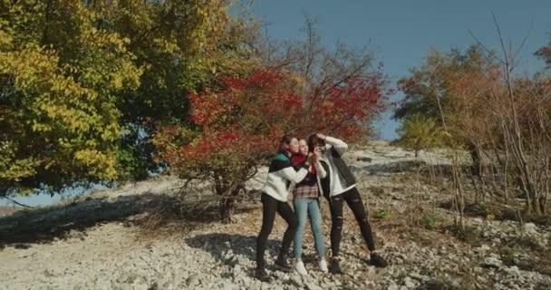 Momento perfetto per le tre signore gli amici migliori scattare foto sulla natura, sulla Mostra. 4k