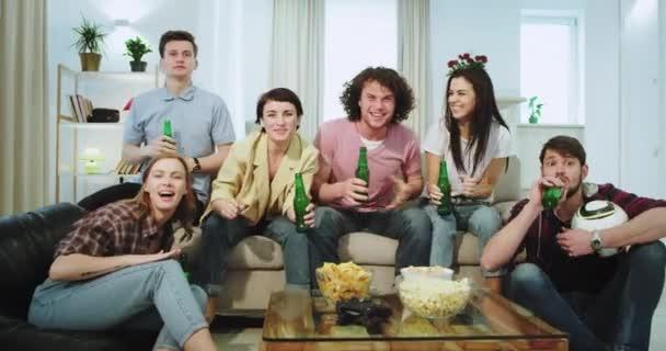 Nahaufnahme große Gesellschaft von Freund multiethnischen vor dem Fernseher Bier trinken und ein Fußballspiel sehen sie unterstützen ihre beste Mannschaft sind sehr aufgeregt warten auf ein Tor