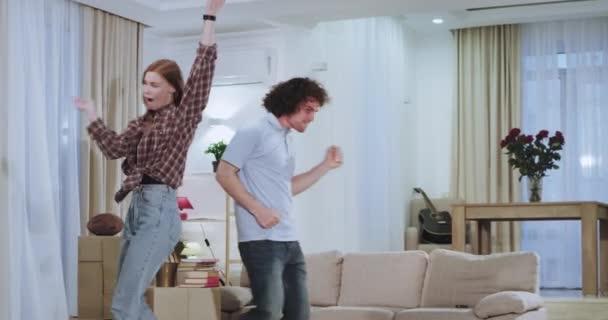 Egy nagy lakásban egy nagyon vonzó és karizmatikus pár edzés, és egy vicces pillanatokban együtt után egy kemény mozgó nap egy új házban, hogy nagyon izgatott ez a ház