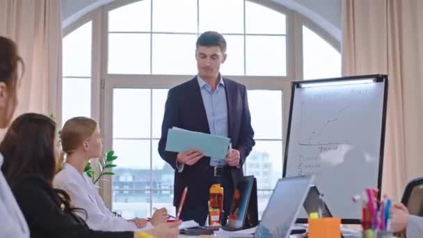 Tvůrčí obchodní tým v čele se svým výkonným ředitelem analyzují nový obchodní projekt na setkání dávat inteligentní nápady všichni mluví a mají produktivní konverzaci