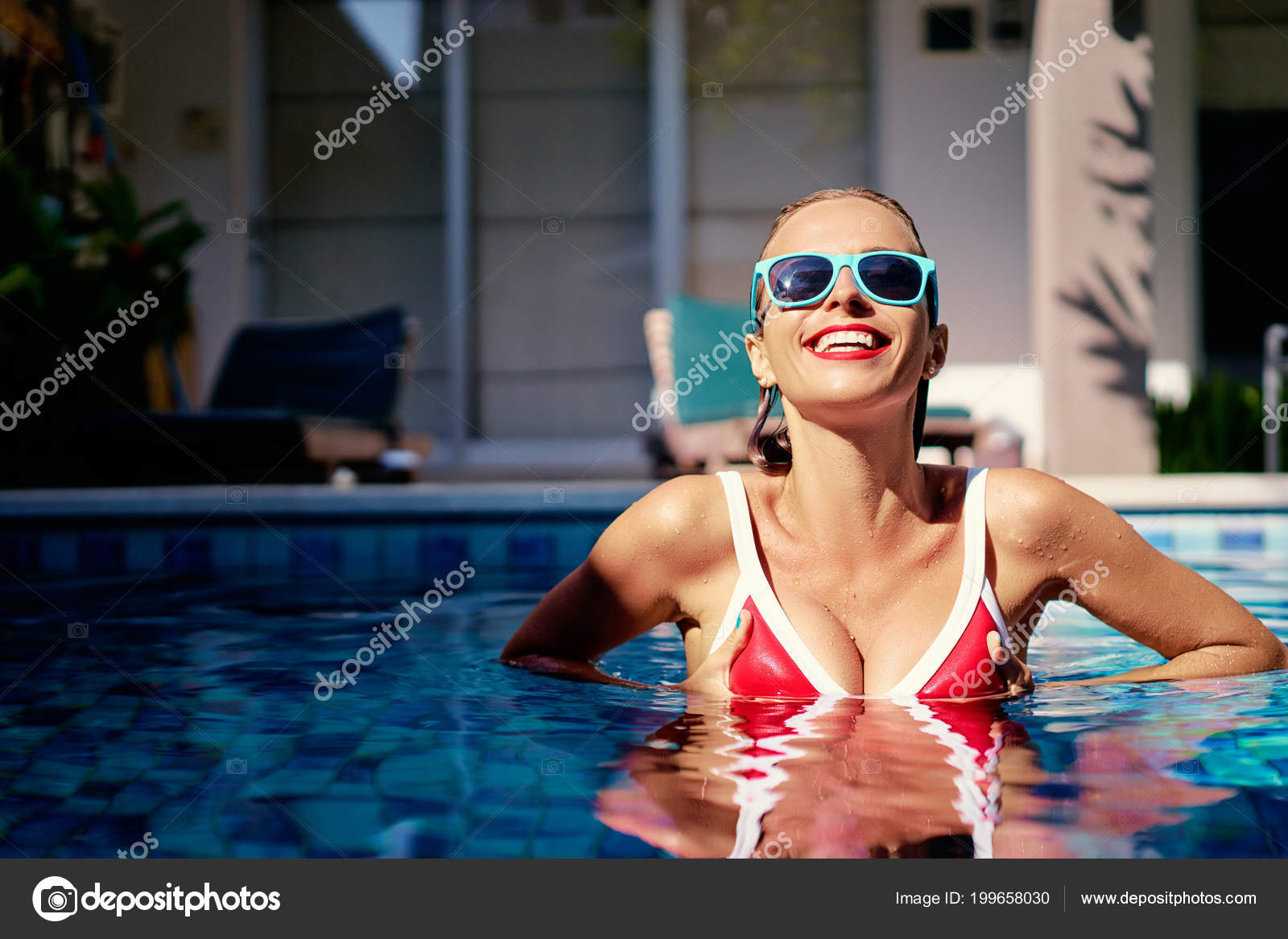 Red Young Photo Swimming Pool Woman Smiling Swimsuit — Stock OPXkZiu