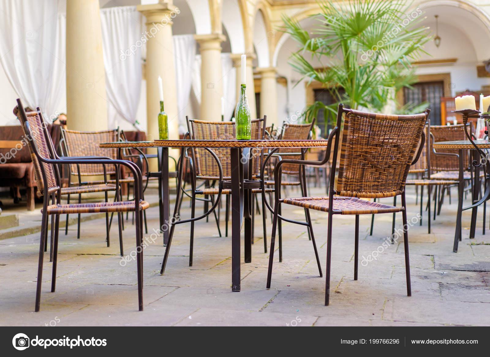 Ristorante Con Terrazza Estiva Vintage Cafè Con Sedie Rattan