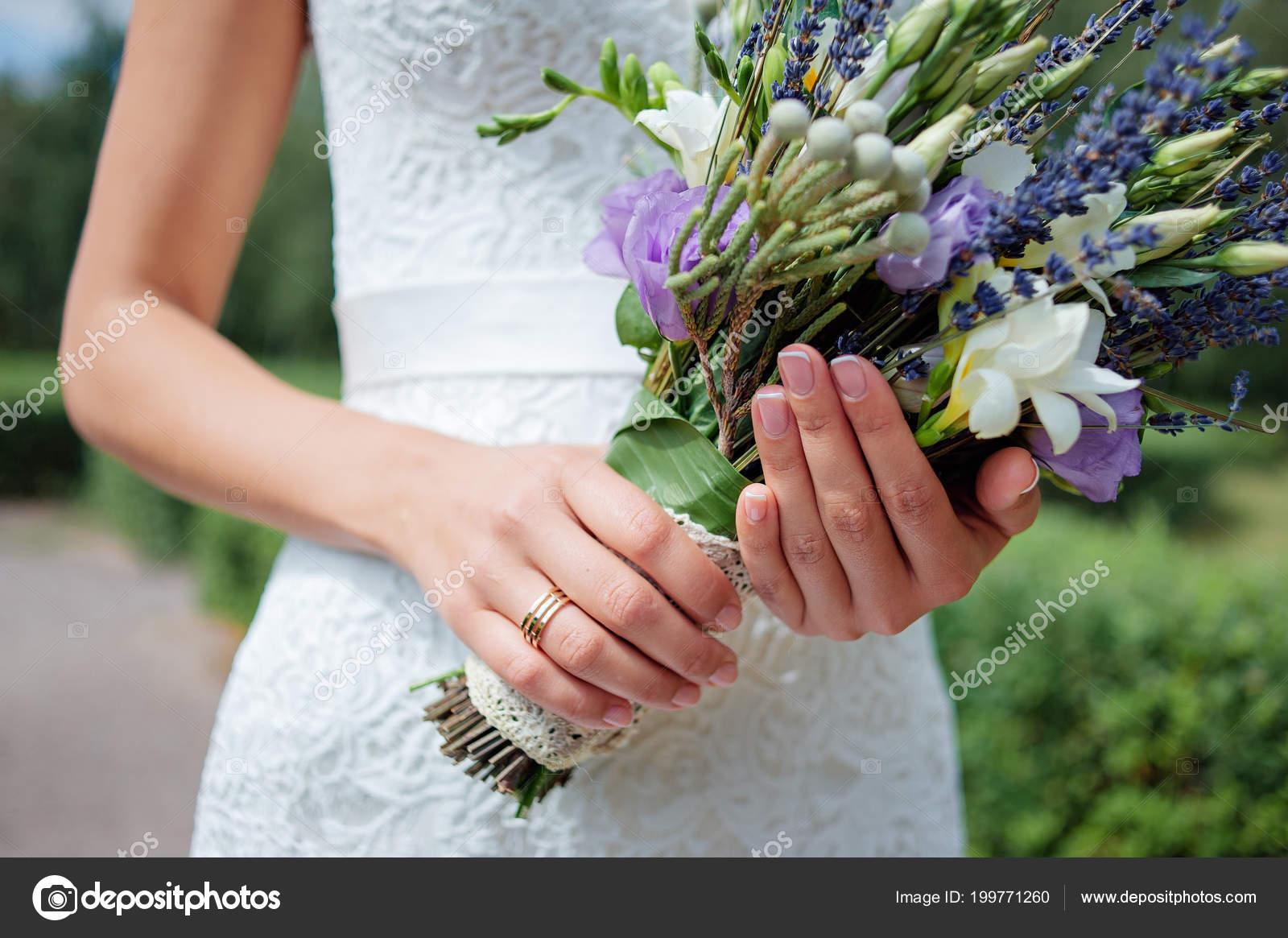 Nahaufnahme Von Frauenhanden Halten Brautstrauss Mit Lavendel
