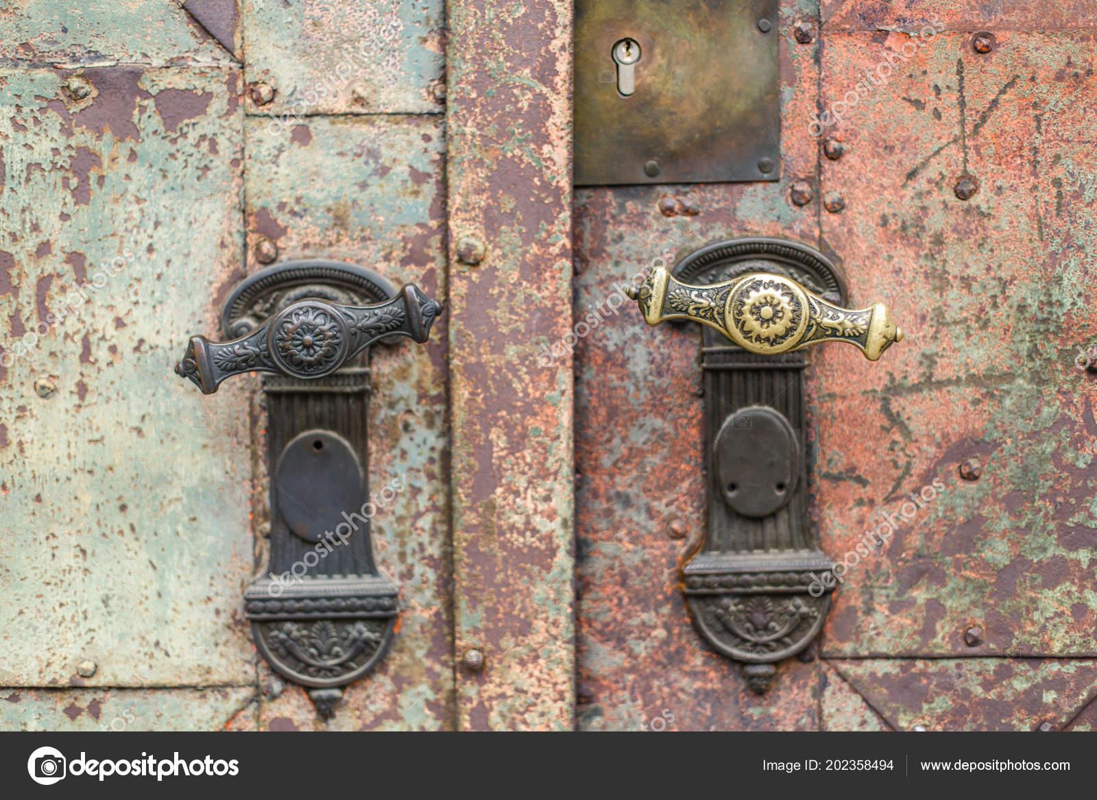 Starożytne Miedziane Uchwyty Zardzewiały Drzwi Zdjęcie Stockowe