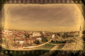 Photo Old photo with aerial view from the city hall tower over Oradea town with historic buildings, Crisul Repede and churches.