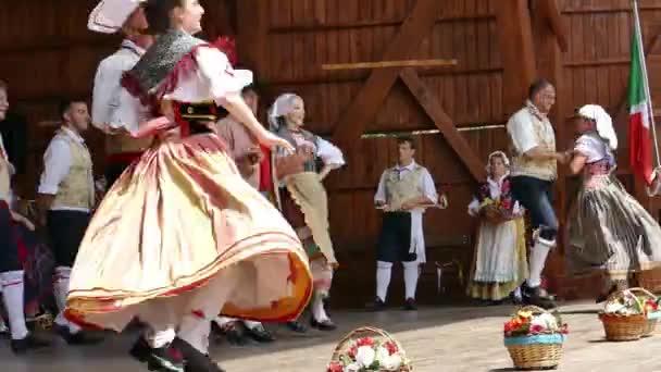 Rumunsko, Temešvár - 8. července 2018: Italský tanečníků v tradičních lidových krojích, proveďte lidového tance během Mezinárodní Festival srdcí pořádané radnice Timisoara