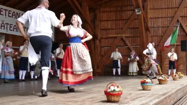 Rumunsko, Temešvár - 8. července 2018: Italský tanečníků v tradičních lidových krojích, proveďte lidového tance během Mezinárodní Festival srdcí pořádané radnice Timisoara.