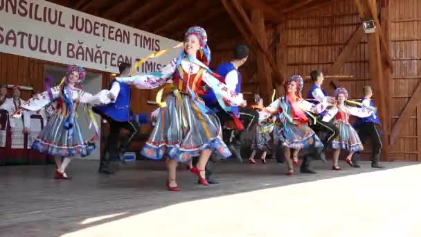 Rumunsko, Temešvár - 8. července 2018: Ukrajinské mladých tanečníků v tradičních lidových krojích, proveďte lidového tance během Mezinárodní Festival srdcí pořádané radnice Timisoara.
