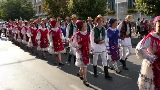 Rumunsko, Tirgu Mures - 5 července 2018: Skupiny tanečníků z Rumunska v tradičních lidových krojích na Mezinárodní folklorní festival International Festival Of Hearts pořádá radnice Timisoara.