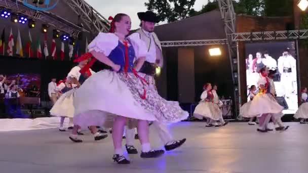Temešvár, Rumunsko - 7 července 2018: Slovenských tanečníků v tradičních lidových krojích, proveďte lidového tance během Mezinárodní Festival srdcí pořádané radnice Timisoara