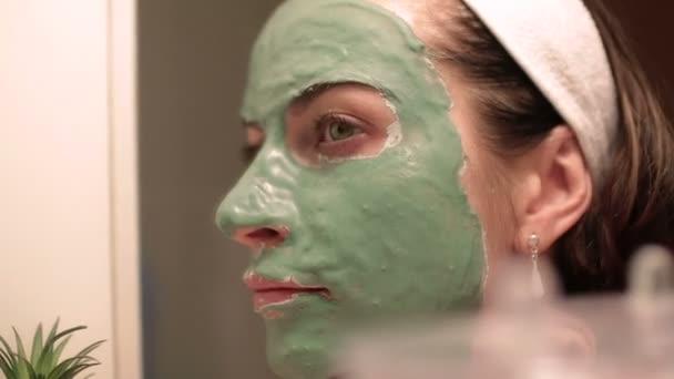 Gyönyörű nő arcpakolás. Spa kezelés a fiatal nő kap arcpakolás.