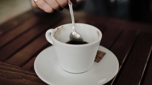 Mladá dívka pije kávu. Slowmotion 60fps