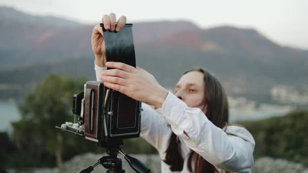 Fotografo professionista scatta foto su una fotocamera di grande formato