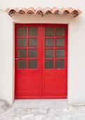 Fotografie Leuchtend rote Haustüren auf weiße Fassade des Gebäudes