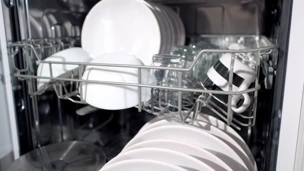 Podrobný pohled na čistá bílá jídla v myčce