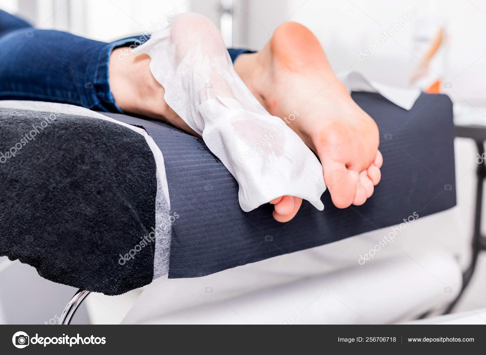 Baby Foot De Salon callus peel peeling feet procedure beauty salon — stock