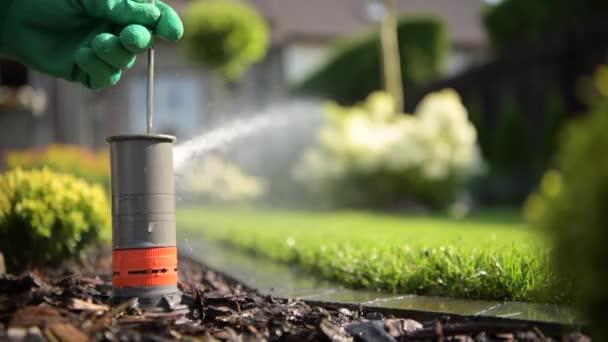 Úpravě trávníku postřikovače detailní Video. Zahradní technika práce.