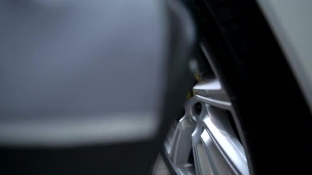 Výměna pneumatik na vozidle. Změna sezónních pneumatik