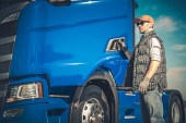 Semi Truck nákladní dopravy. Kavkazská řidič a moderní vozidla. Dopravní průmysl.