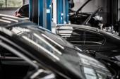Auta v centru služeb pro Auto. Údržba vozidla. Automobilový téma. Detailní Foto.