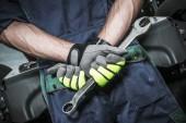 Sattelschlepper kaukasischen Mechaniker Konzeptfoto. Männer mit großem Schraubenschlüssel kreuzen seine Hände.