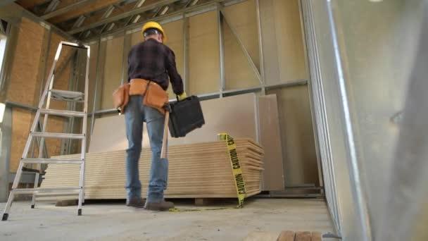 Stavební dělník a staveniště. Budova domu Frame.