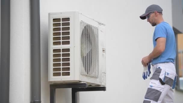 Heizungs- und Kühltechniker installiert neues Wärmepumpengerät