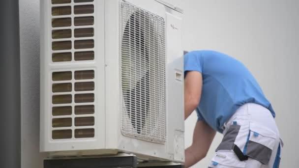 Wärmepumpeninstallation eines kaukasischen Arbeiters in seinen 30er Jahren. Heizgerät.