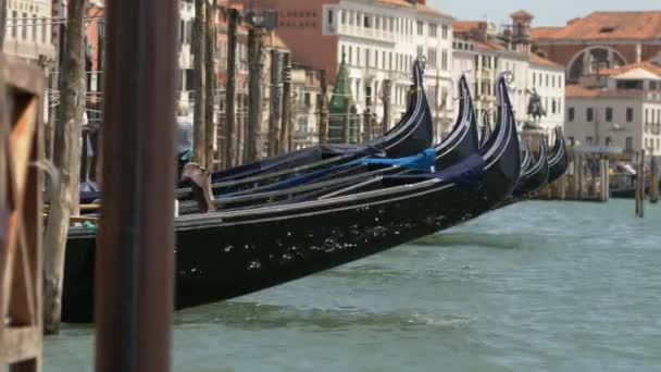 Lengő velencei gondolák, Velence, Olaszország. Szélesebb Vértes videóinak