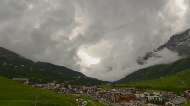 Zeitraffer stürmischer Wolken, die in das Skidorf breuil-cervinia im Aostatal in Italien ziehen. Gemeinde Valtournenche.
