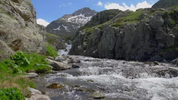 Vyhlídková horská řeka spěchá z nedalekého ledovce