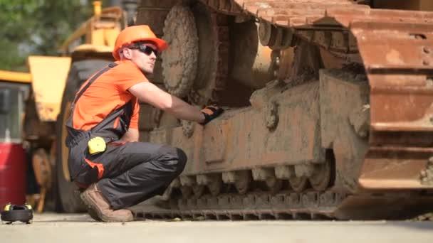 Stroj pro těžká užitková zařízení bok po boku se Stárlý buldozer. Koncepce průmyslu.