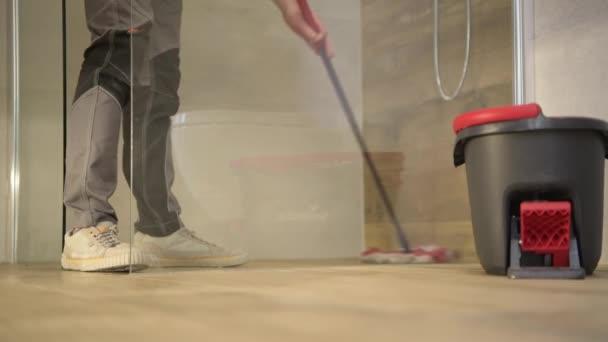 Kaukázusi Férfi mopping fürdőszoba kerámia csempe padló.