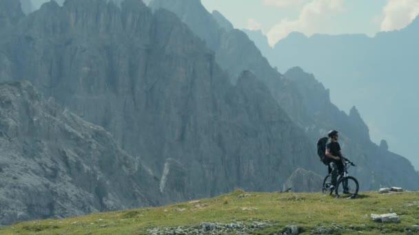 Horský biker na cyklistické stezce vysoko v horách